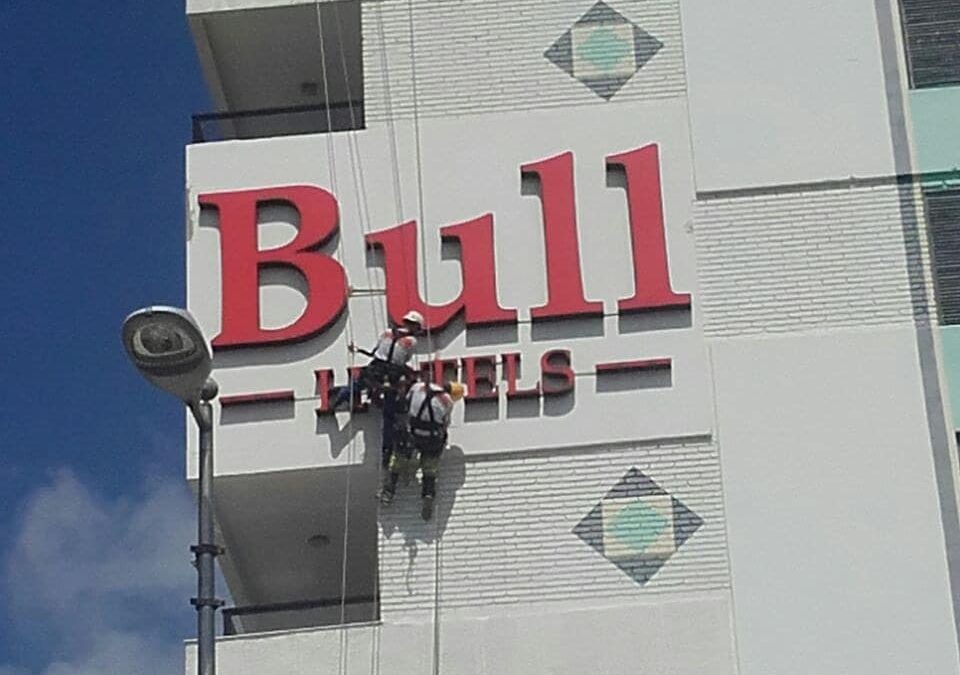 Instalación de letrero en Hoteles Bull